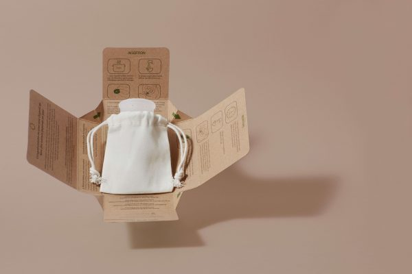 Copo menstrual na caixa de papel e algodão organico