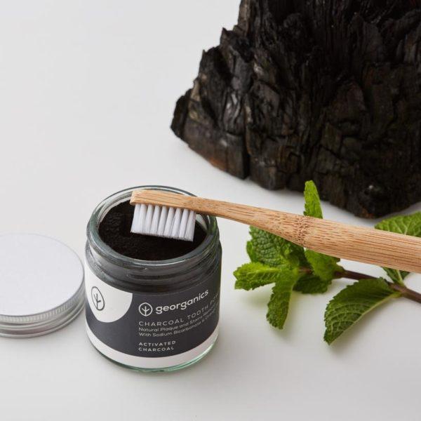 escova de bambu com pó dentário branqueador