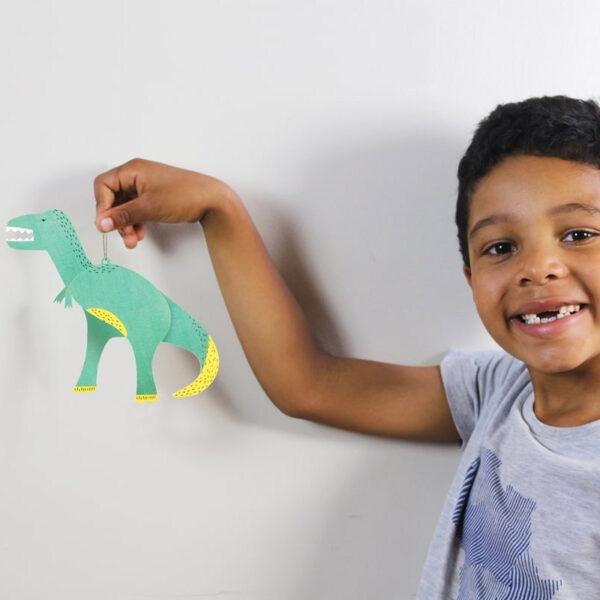 criança com dinossauro
